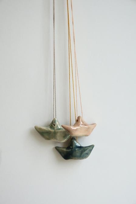 kl. Schiff / Halskette mit Baumwoll Perlgarn / tiefseeblau, blassrosa, eukalyptusgrün / ca. 3.5 cm / je 22.- Fr.