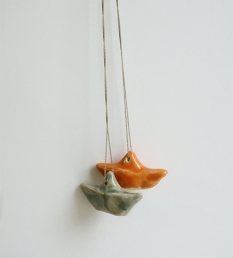 kl. Schiff / Halskette mit Baumwoll Perlgarn / orange, eukalyptusgrün / ca. 3.5 cm / je 28.- Fr.